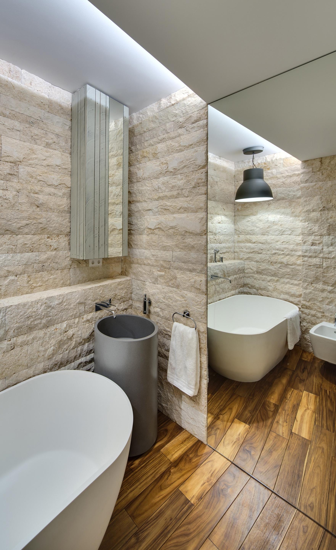 Интерьер ванной с зеркалом в квартире студии