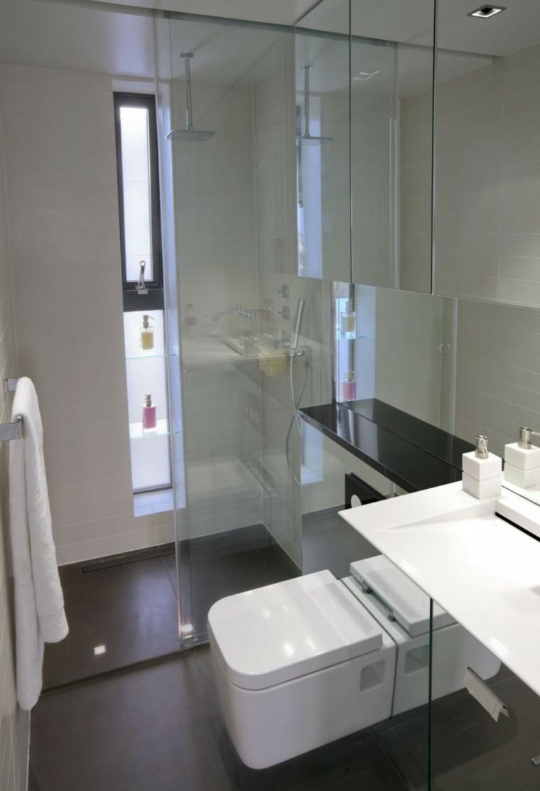 Маленькая ванная с зеркалом