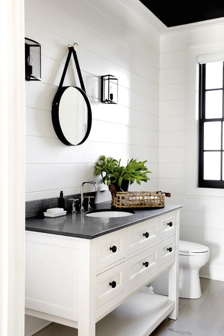Черно-белая ванная с зеркалом