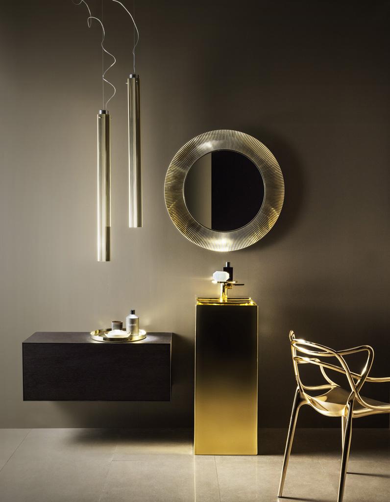 Зеркало в ванную комнату в золотом обрамлении