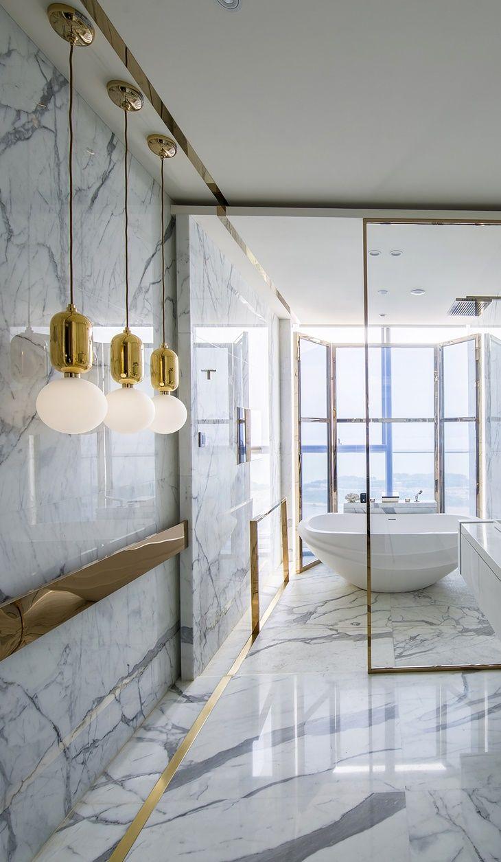 Интерьер ванной с золотом