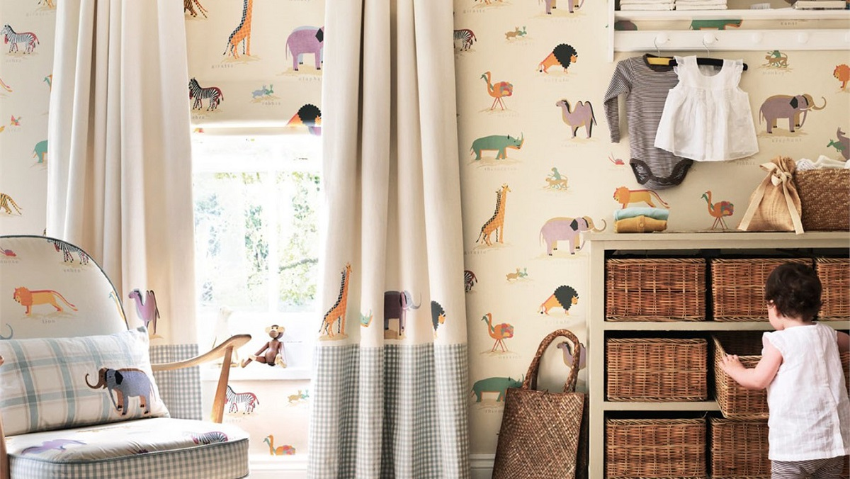 Детская комната для мальчика со зверями на обоях