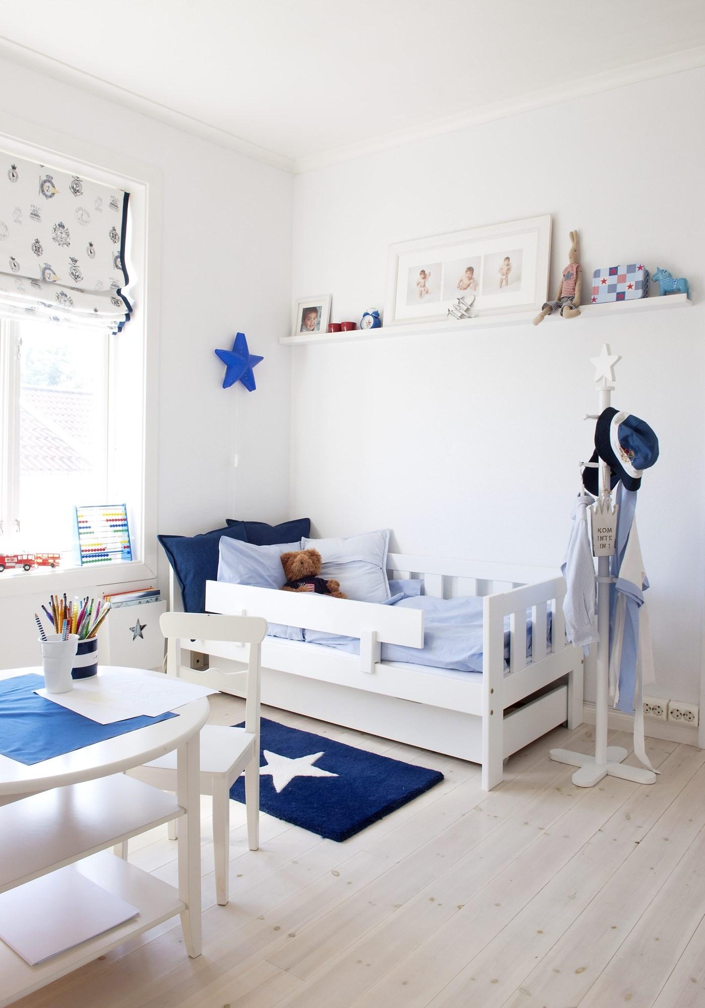 Детская комната для мальчика с декоративными звездами