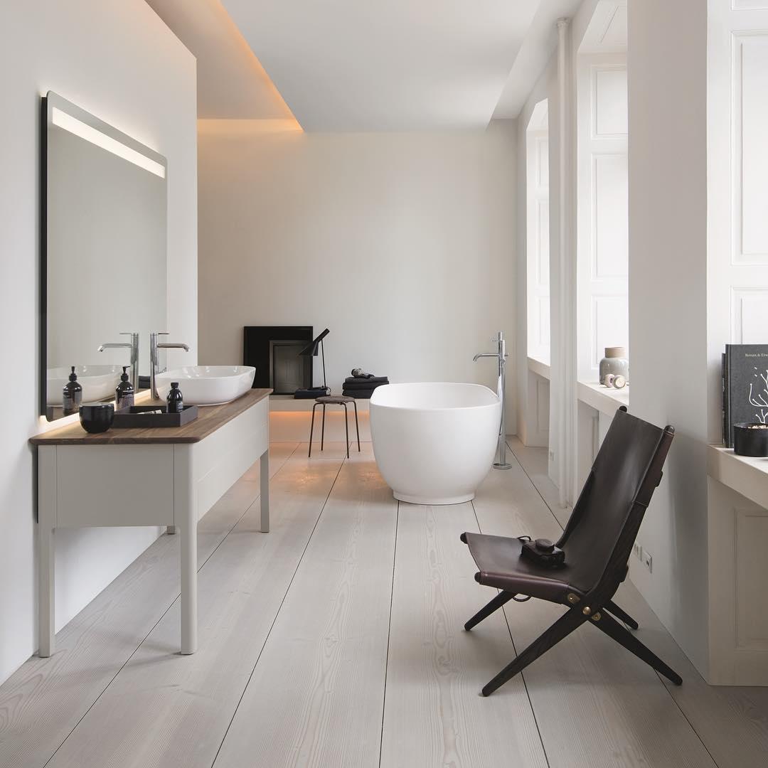 Ванная комната в современном стиле белого цвета