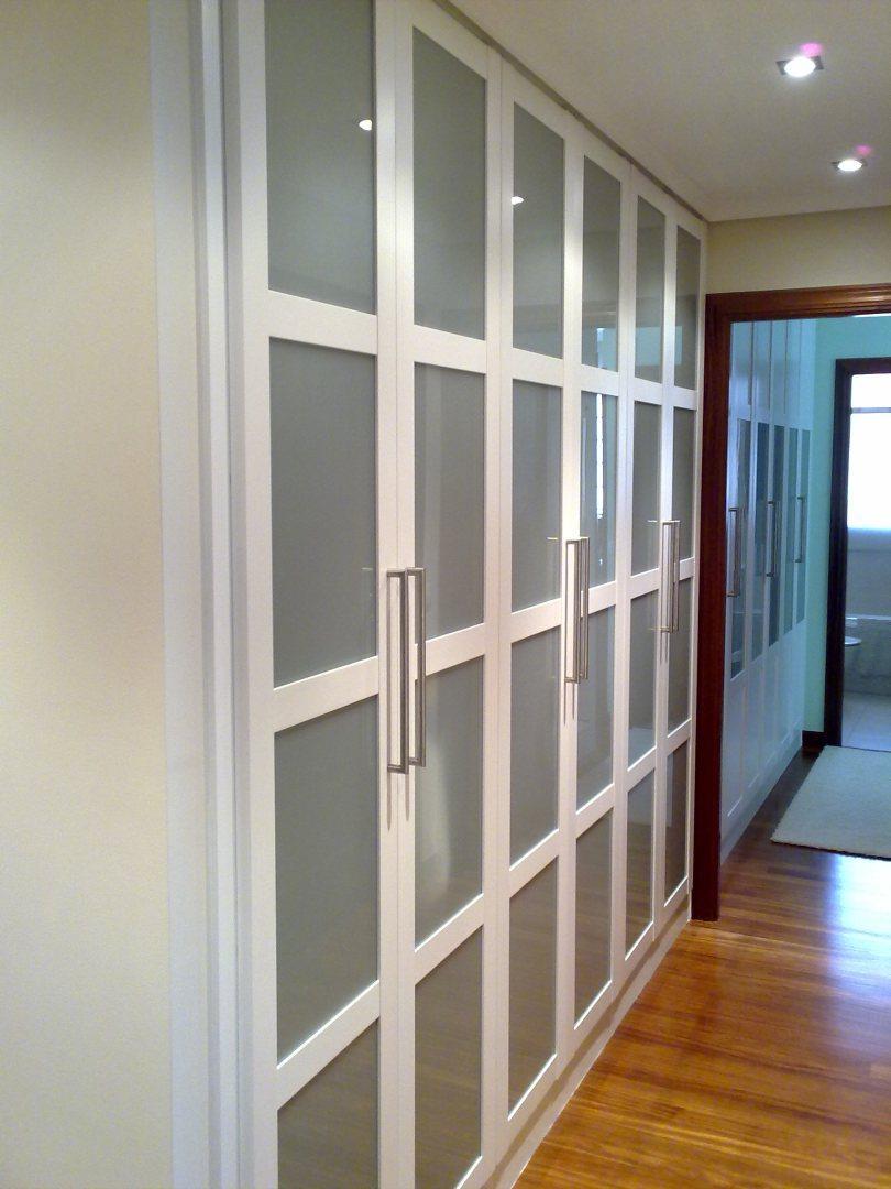 Шкаф в прихожую белый со стеклом