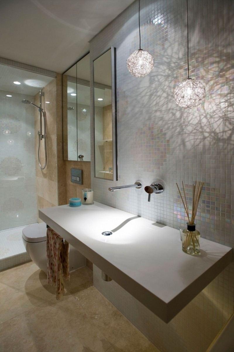Ванная комната в современном стиле с декоративными светильниками