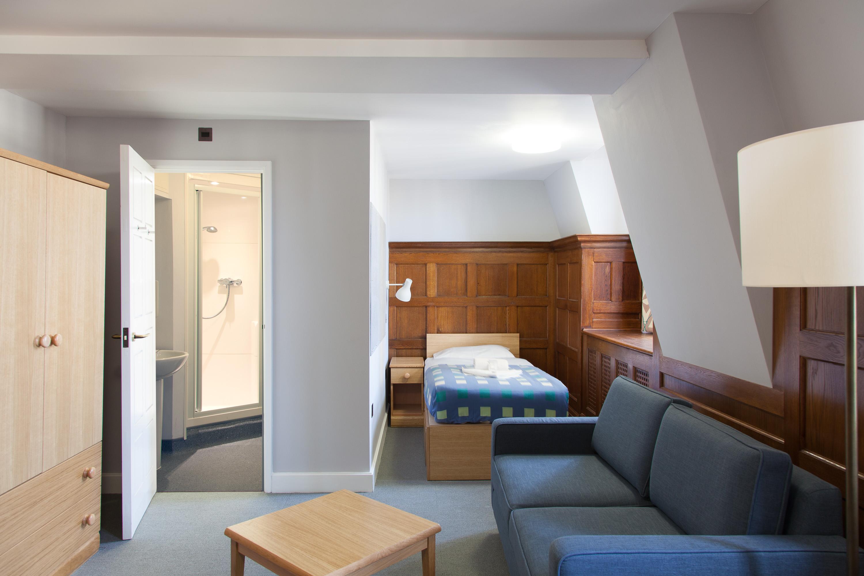 Ниша в комнате с деревянными панелями