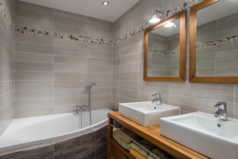 Ванная комната в современном стиле с плиткой под дерево