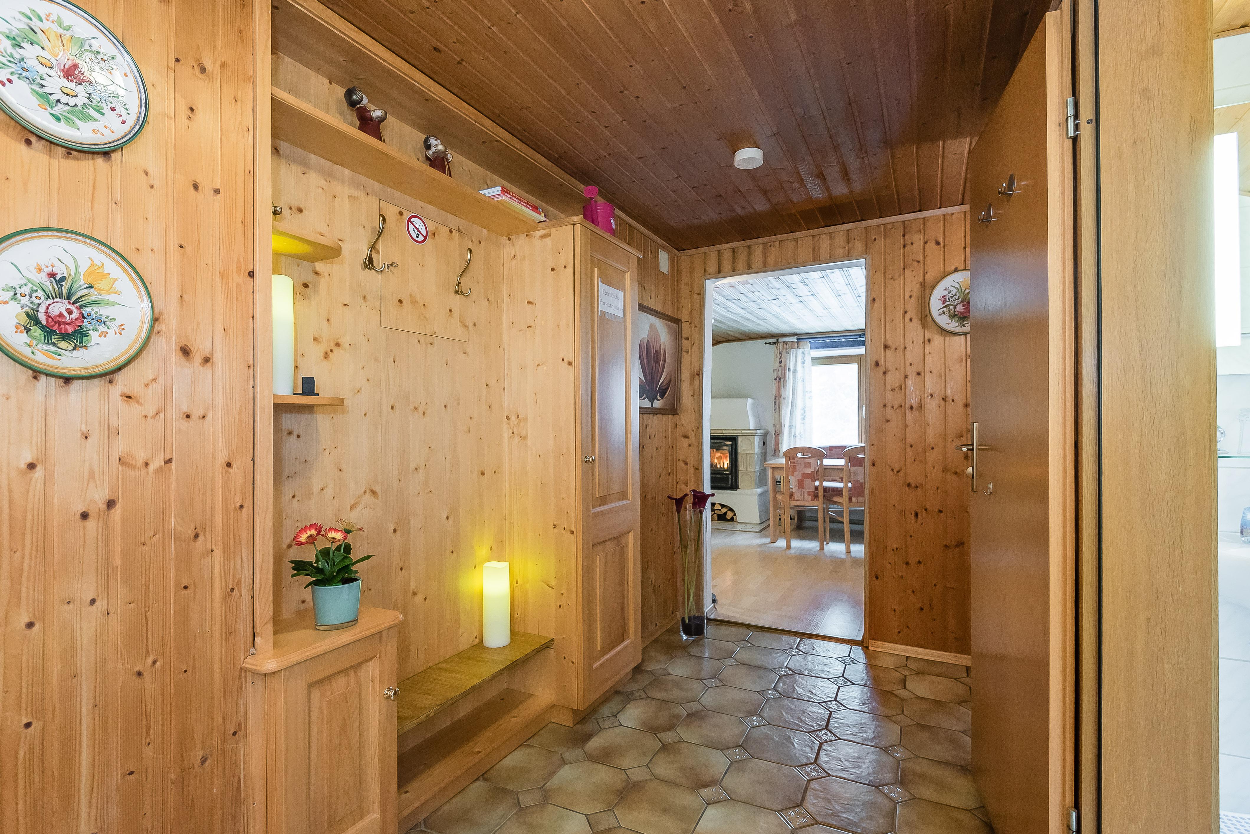 Шкаф в прихожую в деревенском стиле
