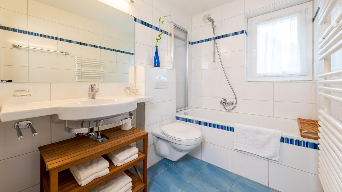 Ванная комната в современном стиле в интерьере дома