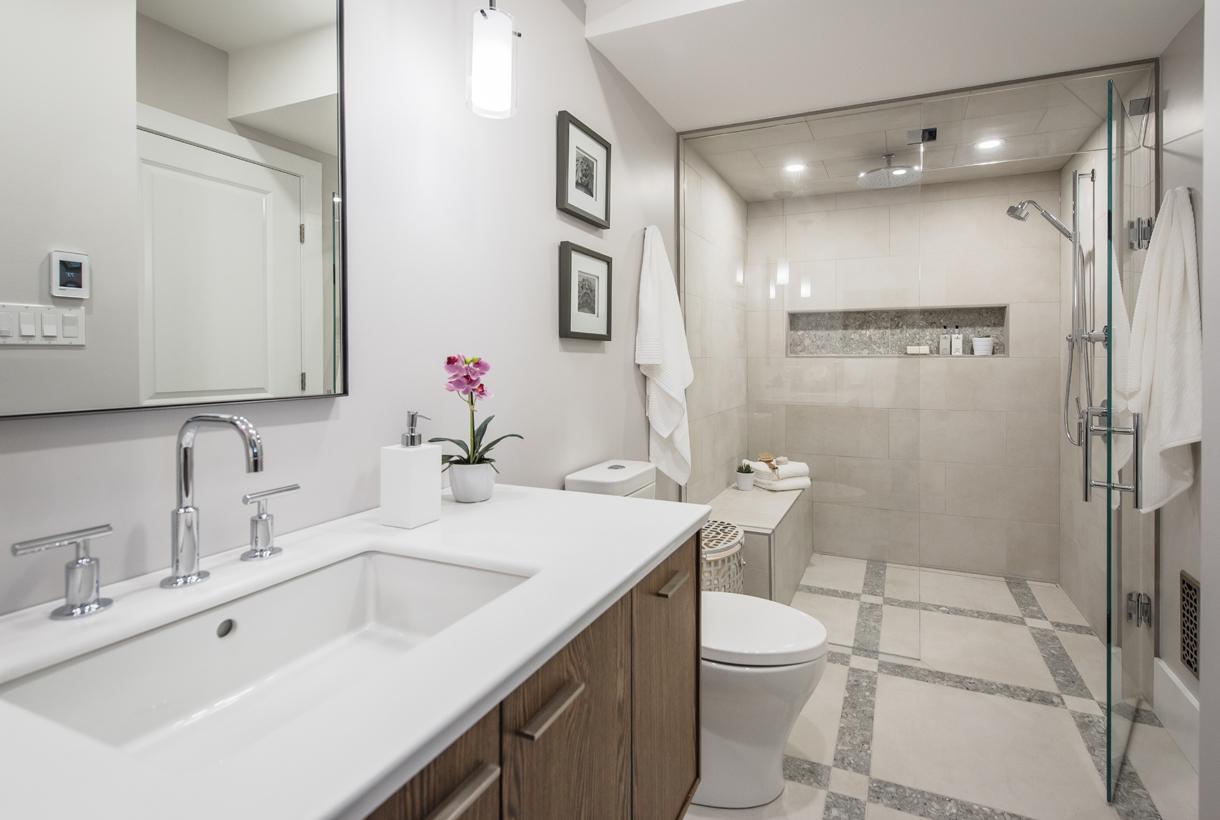 Ванная комната в современном стиле с душевой кабиной