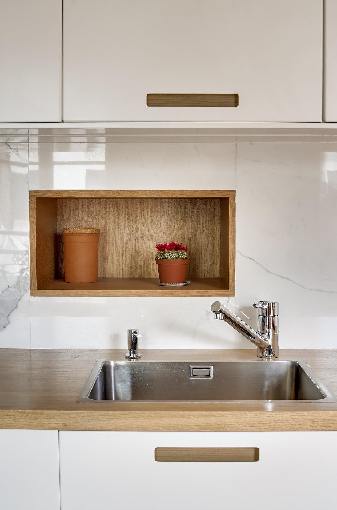 Ниша в фартуке кухни