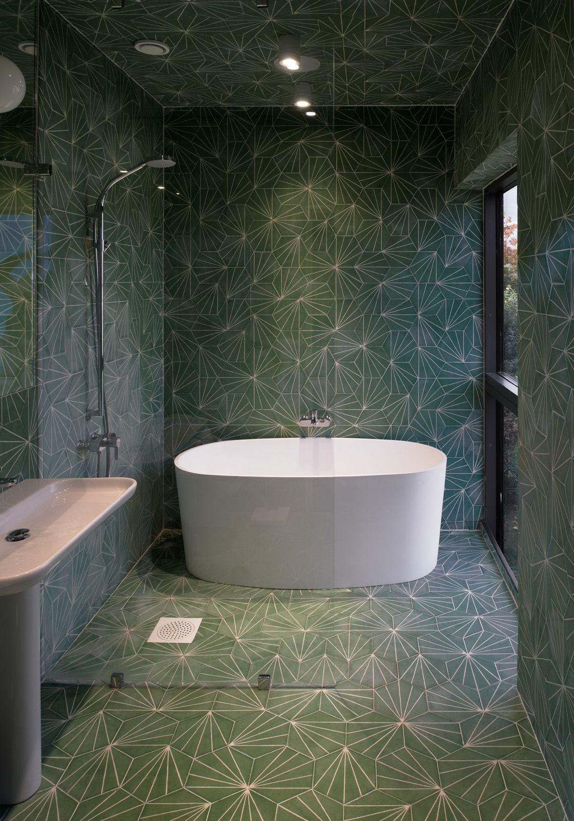 Ванная комната в современном стиле с плиткой и геометрическим рисунком