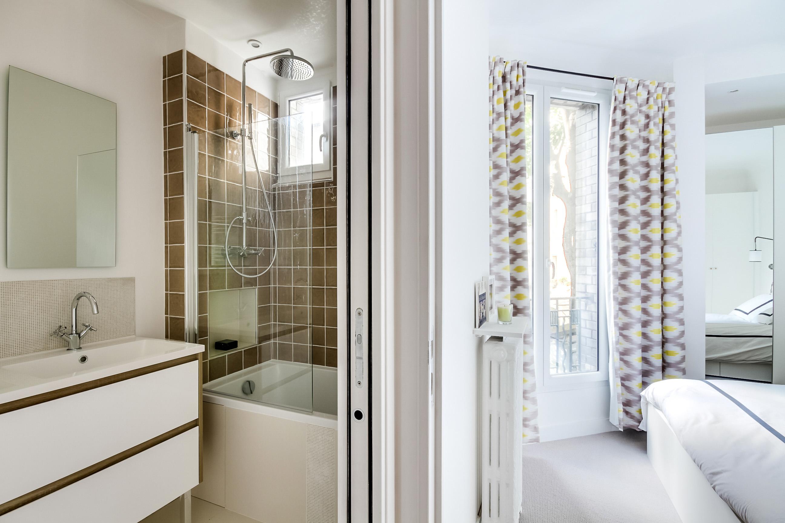 Ванная комната в современном стиле с глазурованной плиткой