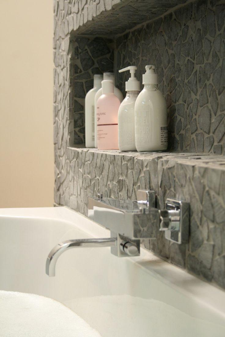 Ниша из камня в ванной
