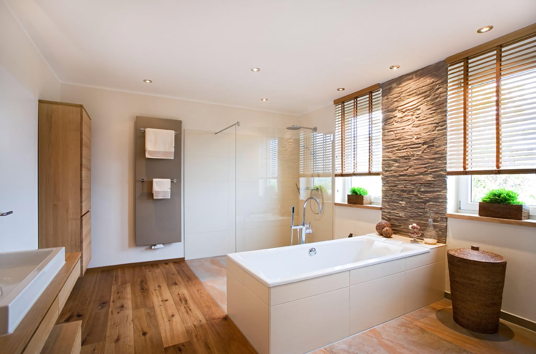 Ванная комната в современном стиле с каменной стеной