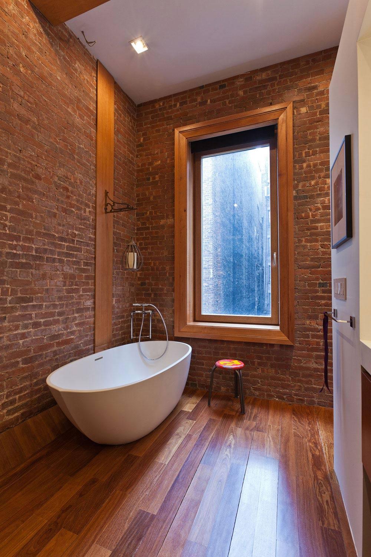 Ванная комната в современном стиле с кирпичной стеной