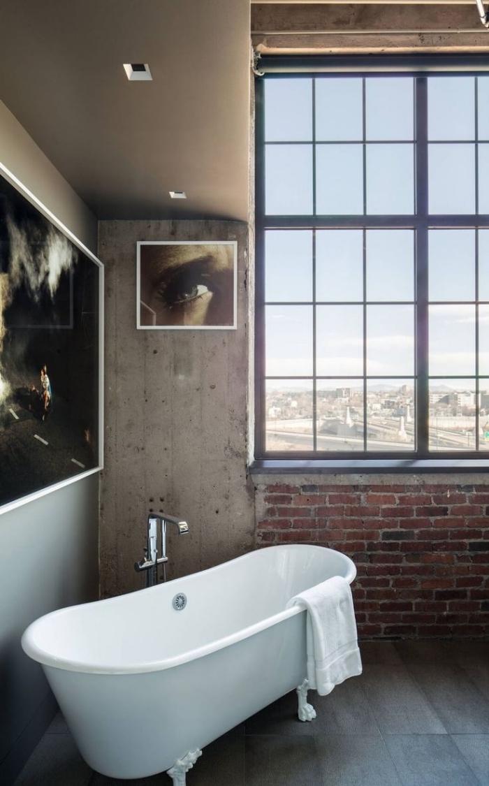 Ванная комната в современном стиле с кирпичом