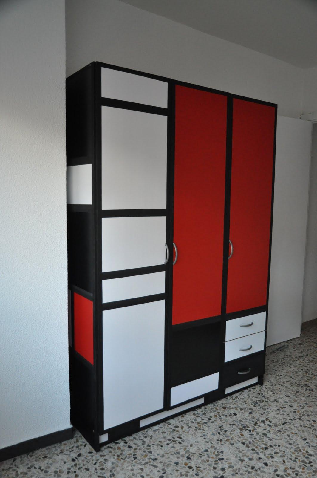 Шкаф в прихожую красно-белый