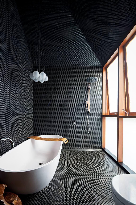 Ванная комната в современном стиле с круглой мозаикой