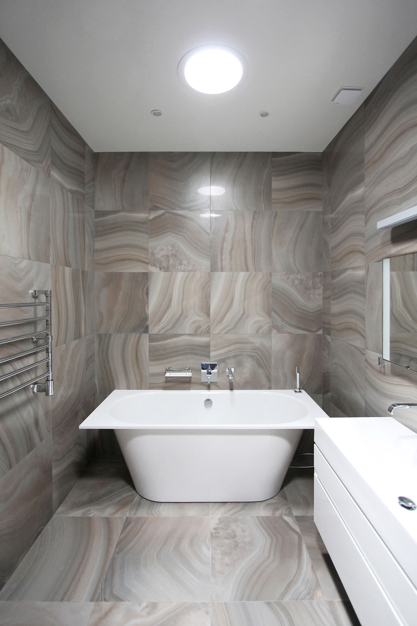 Ванная комната в современном стиле с квадратной плиткой