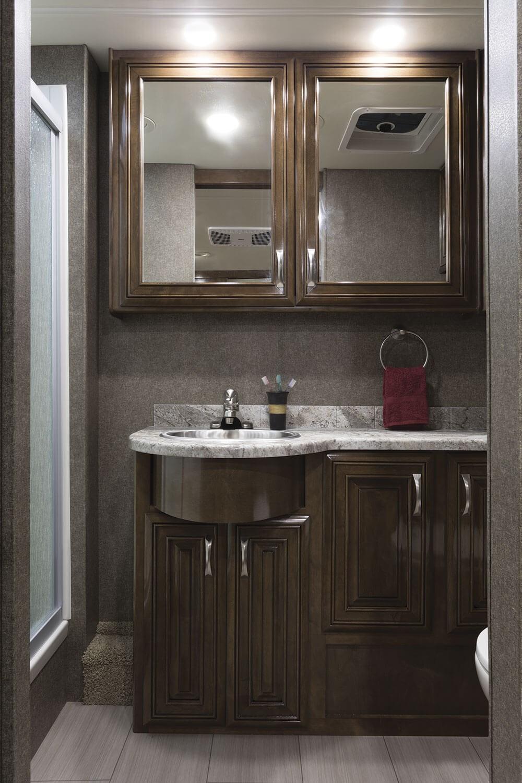 Ванная комната в современном стиле с лаковой мебелью