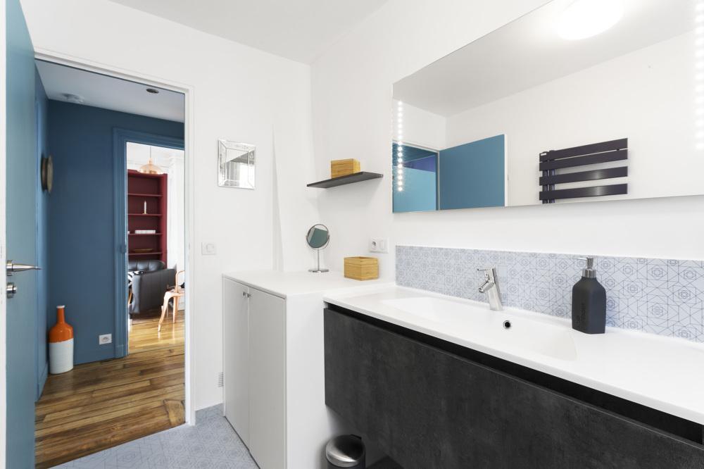 Ванная комната в современном стиле и лаконичном дизайне