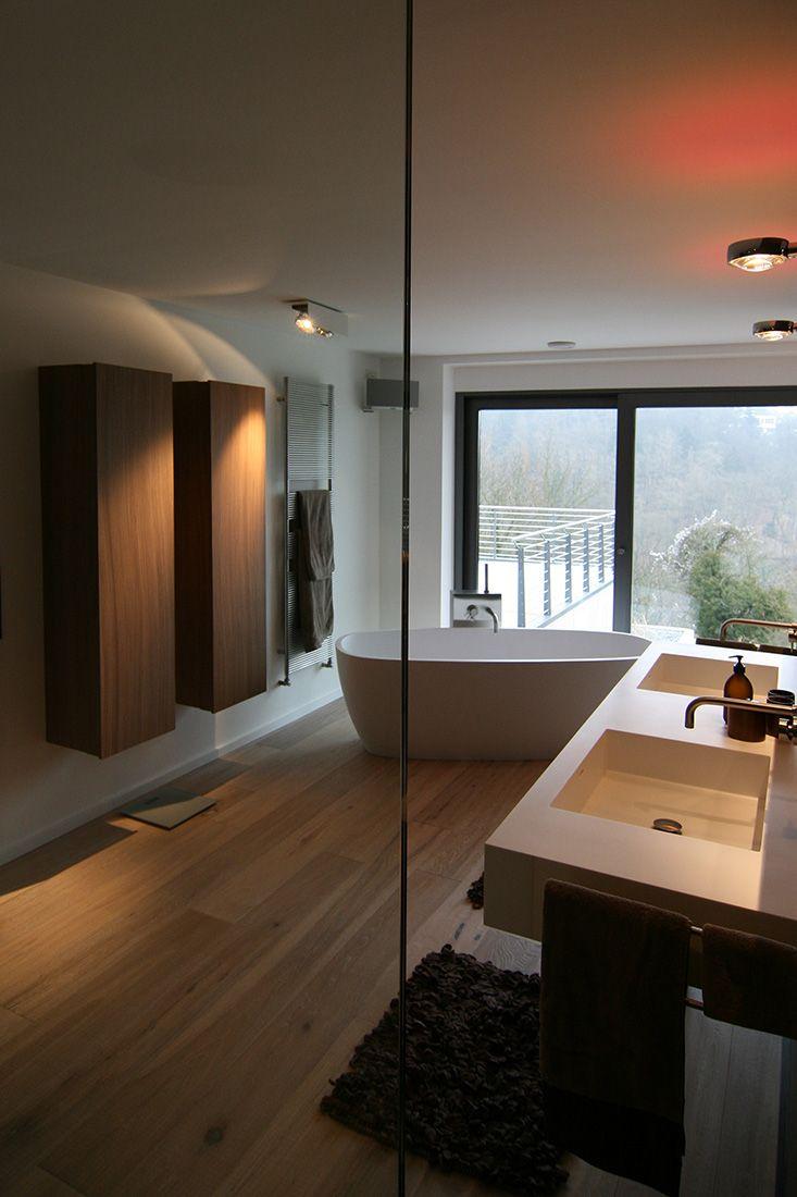 Ванная комната в современном стиле с ламинатом
