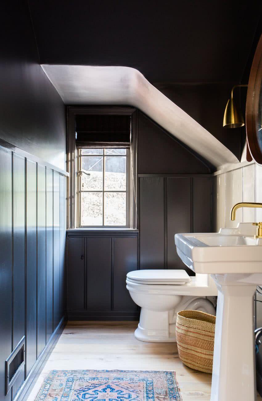 Ванная комната в современном стиле на мансарде
