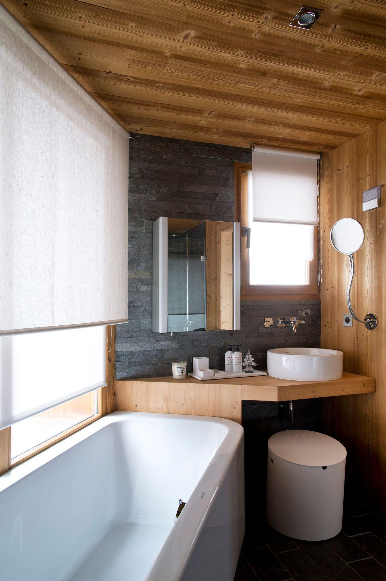 Ванная комната в современном стиле из массива