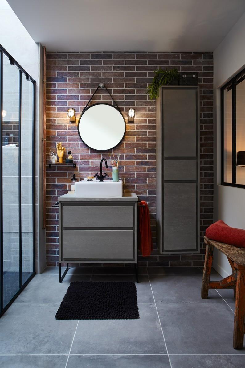 Ванная комната в современном стиле с мебелью