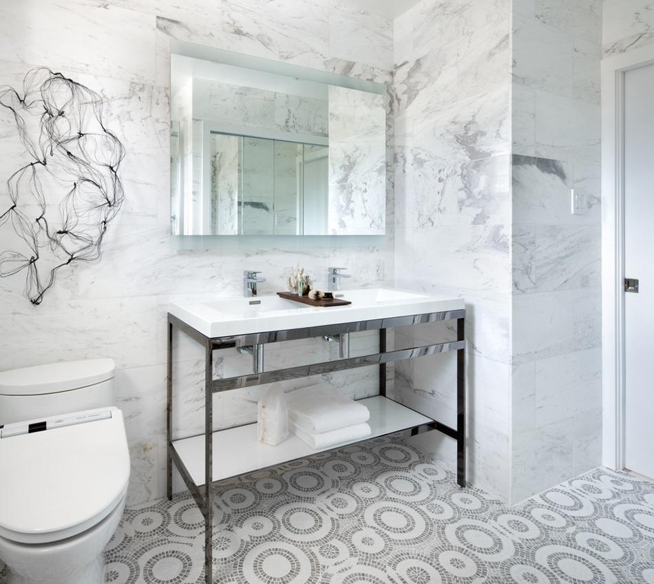 Ванная комната в современном стиле с мозаикой на полу