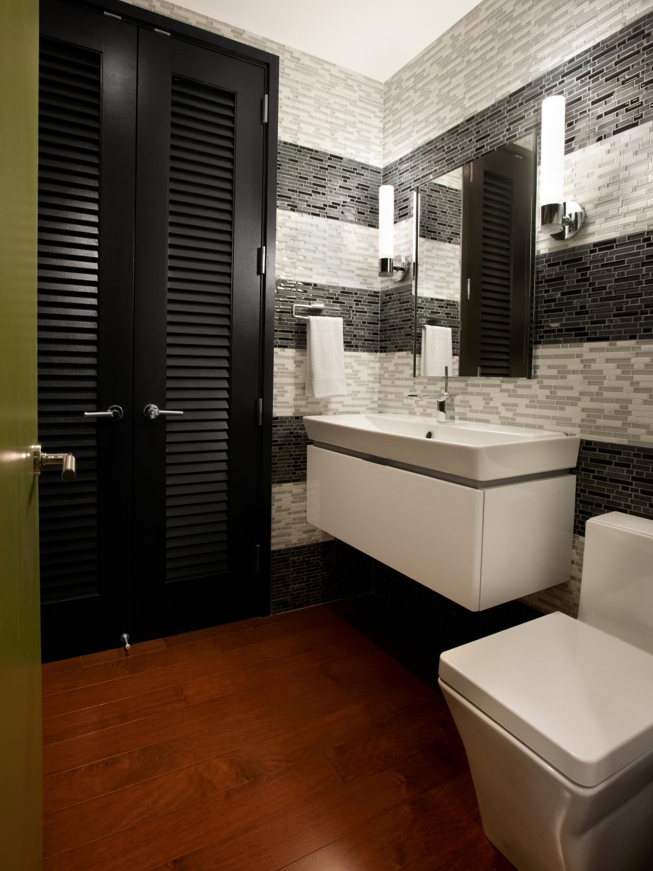 Ванная комната в современном стиле с полосками из мозаики