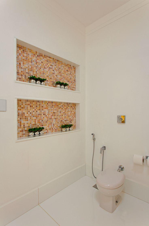 Ниша с мозаикой в ванной