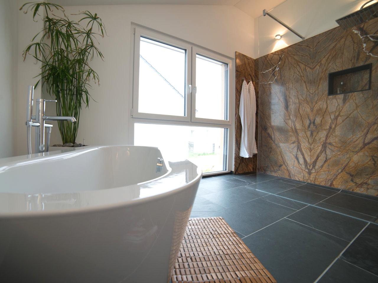 Ванная комната в современном стиле с мрамором