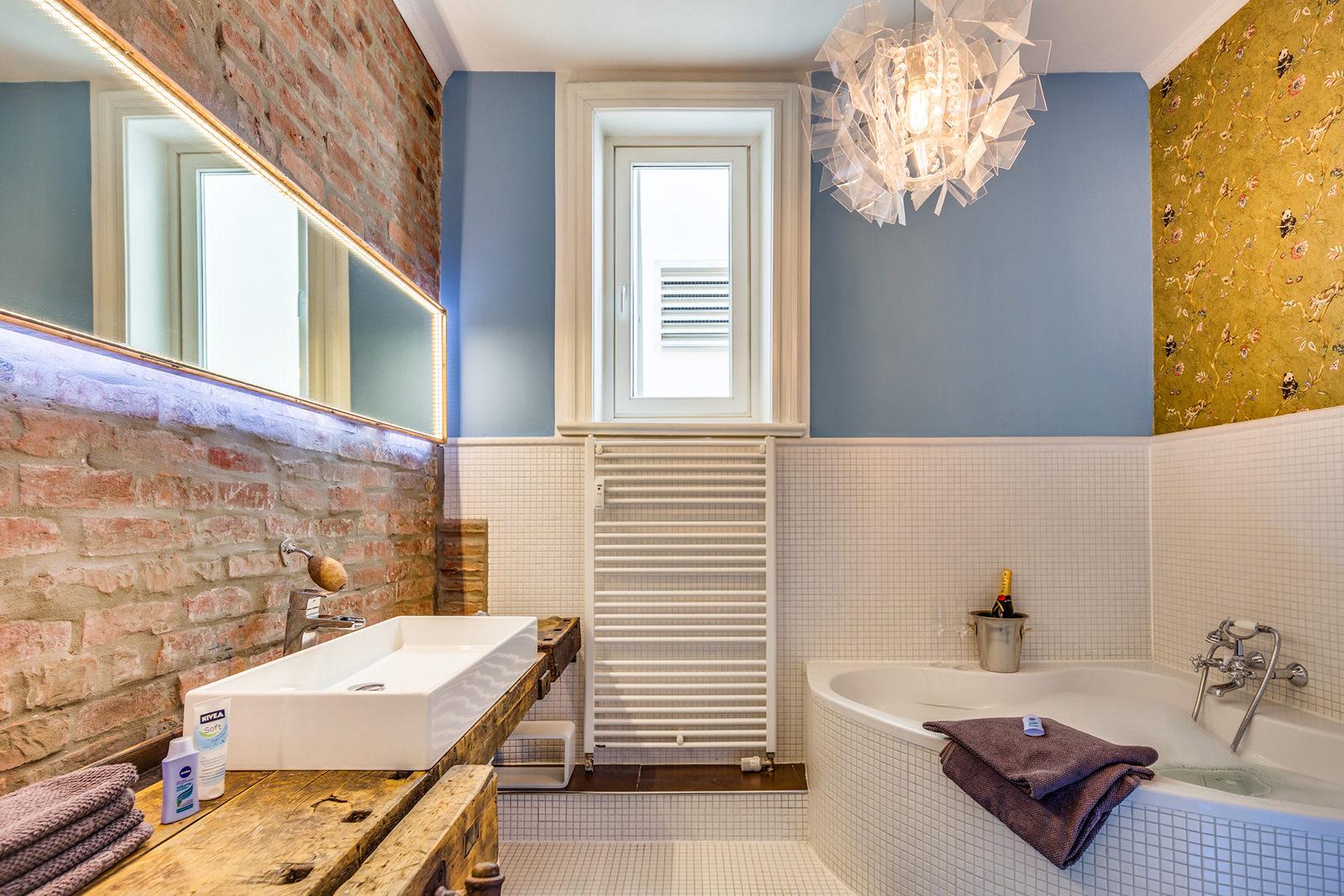 Ванная комната в современном стиле с обоями