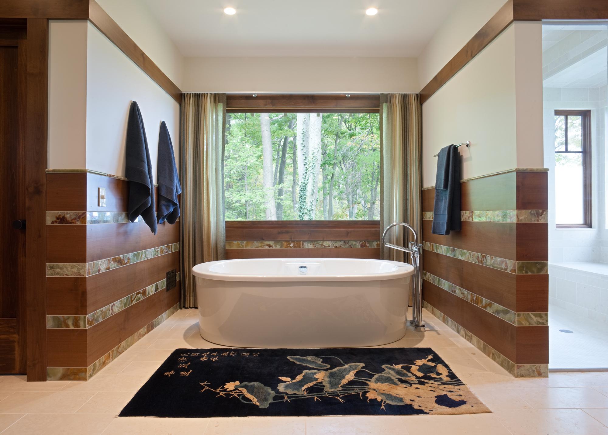 Ванная комната в современном стиле с окном