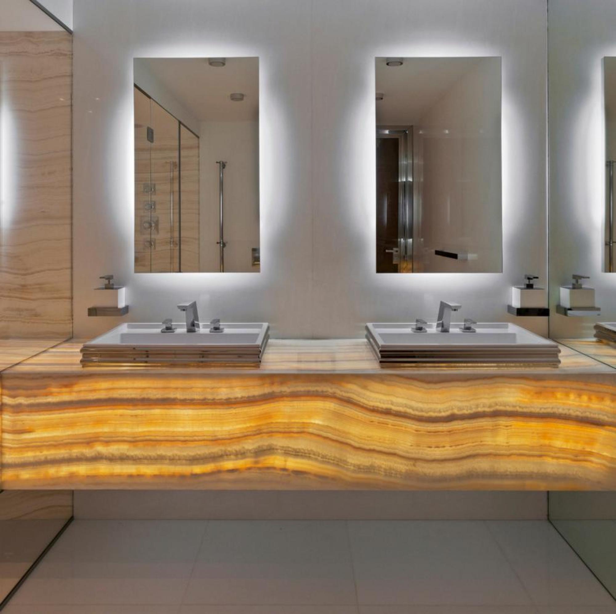 Ванная комната в современном стиле с ониксом