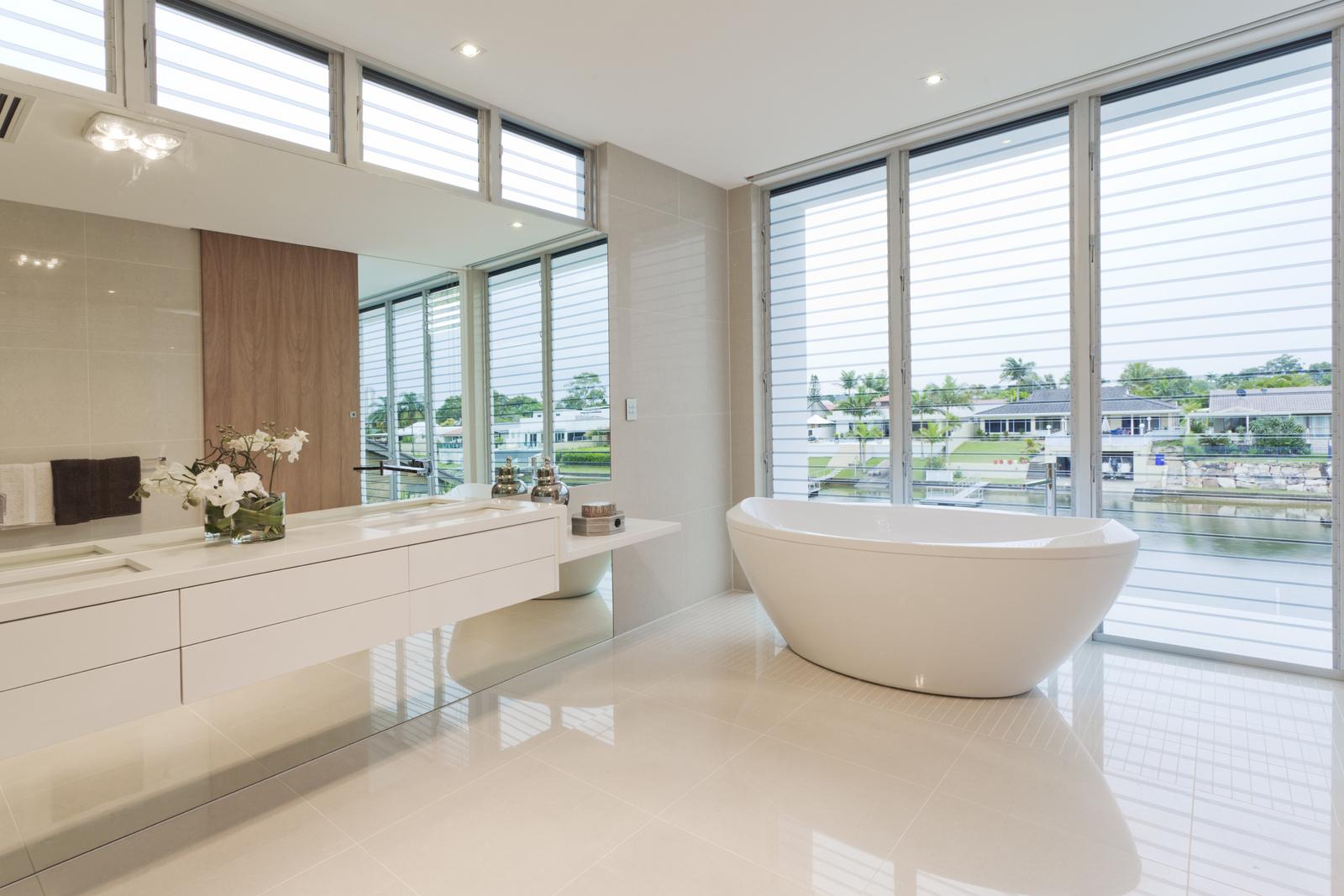 Ванная комната в современном стиле с плиткой