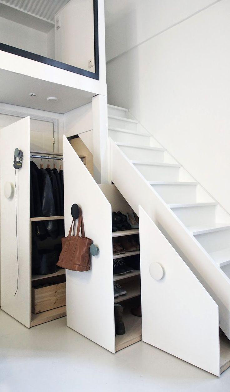 Шкаф в прихожую под лестницу