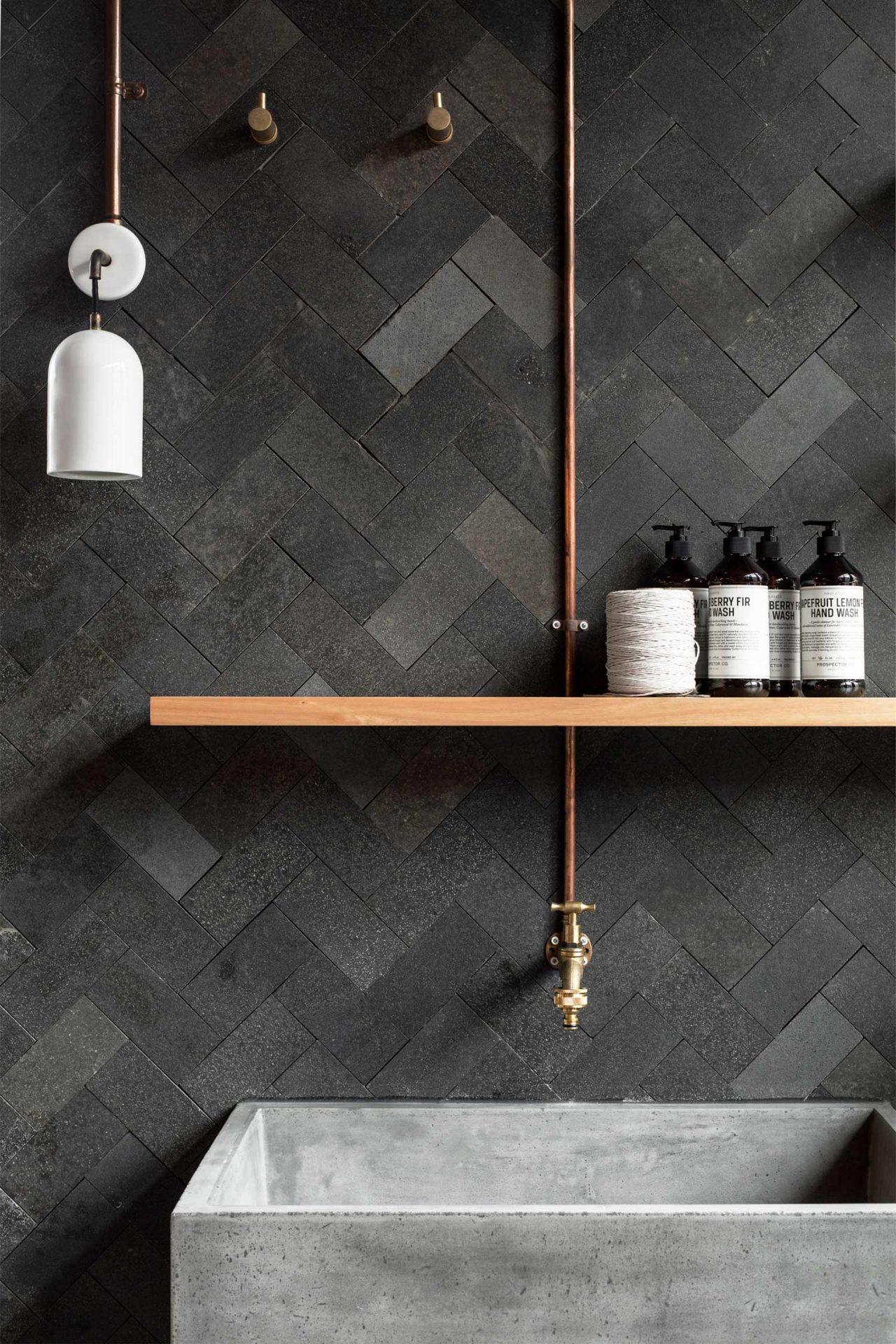 Ванная комната в современном стиле с полочкой
