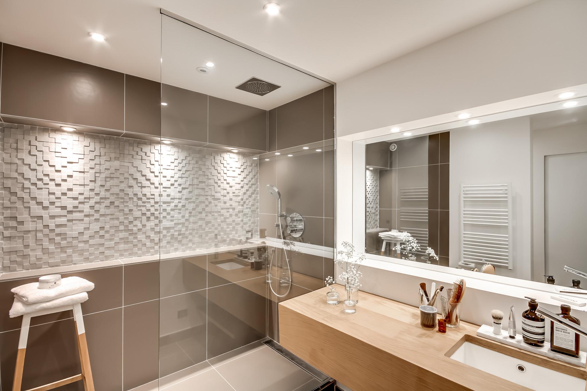 Ванная комната в современном стиле из серой плитки
