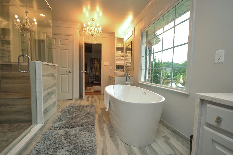 Ванная комната в современном стиле серо-белая