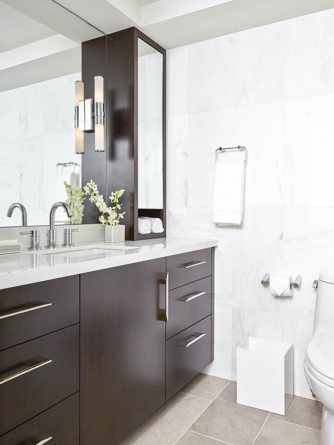 Ванная комната в современном стиле со шкафчиками