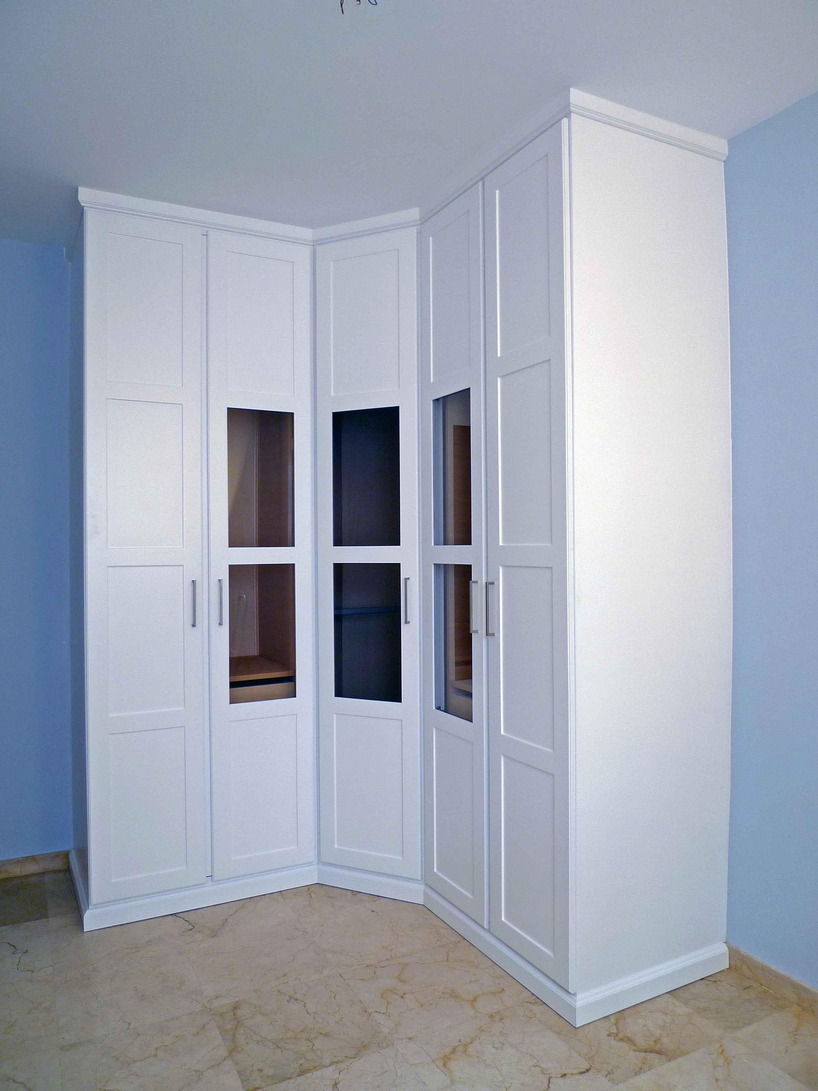 Шкаф в интерьере прихожей угловой