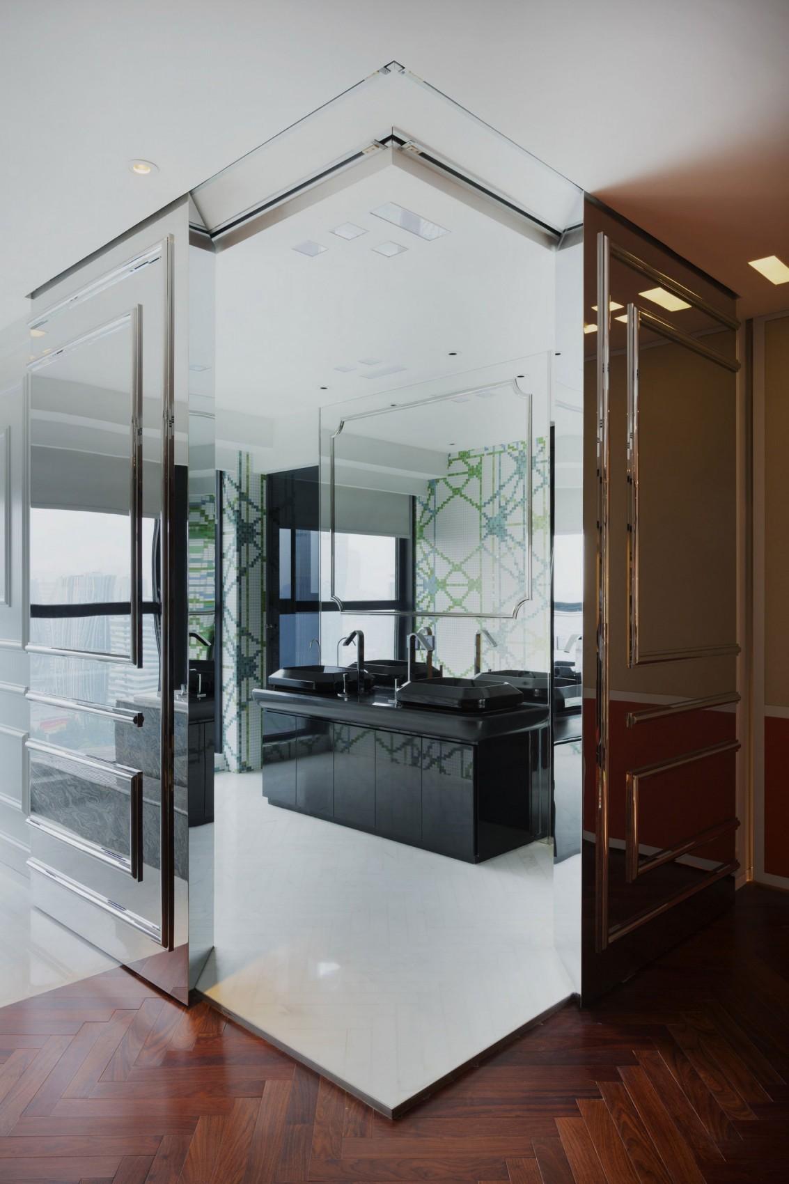 Ванная комната в современном стиле с зеркальными стенами