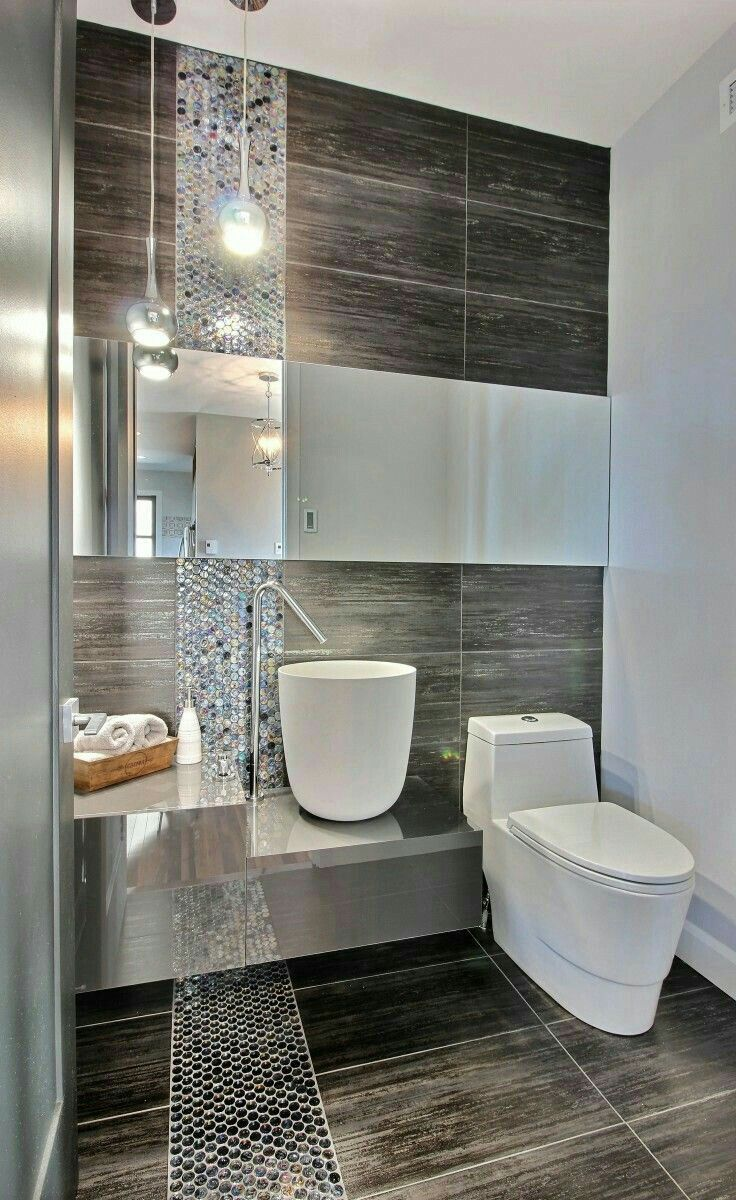 Ванная комната в современном стиле с зеркальной плиткой