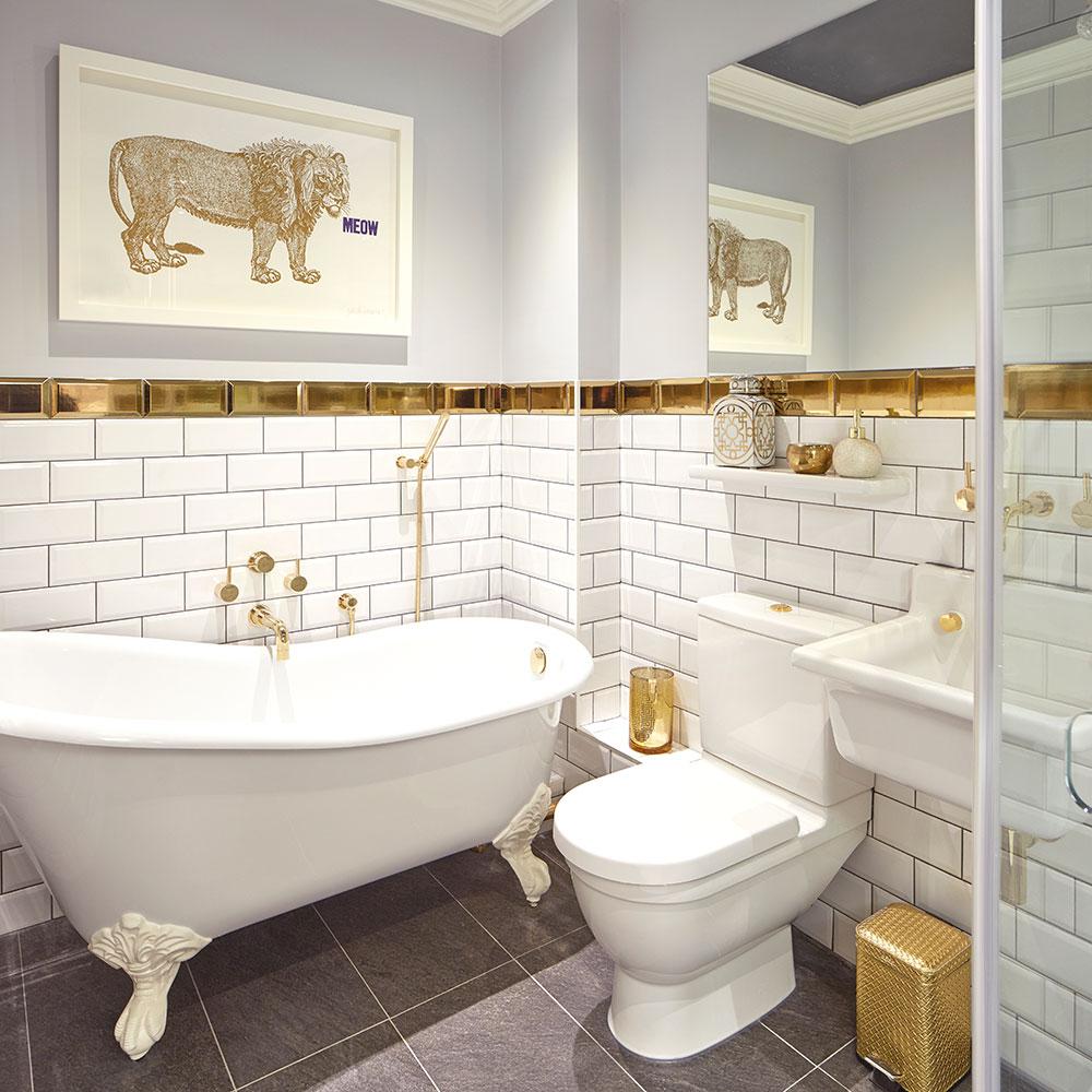 Ванная комната в современном стиле с золотой плиткой