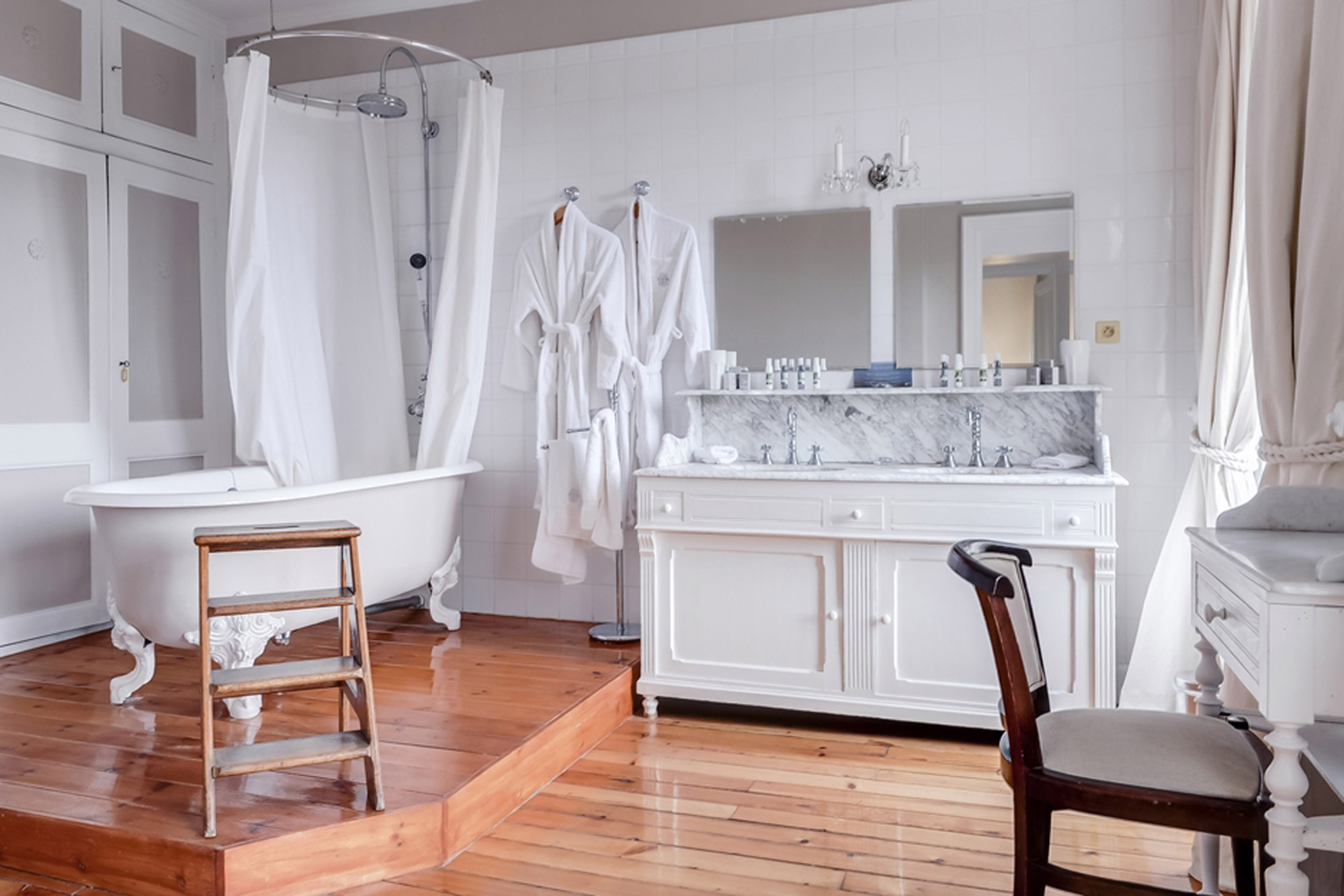 Большая ванная белая