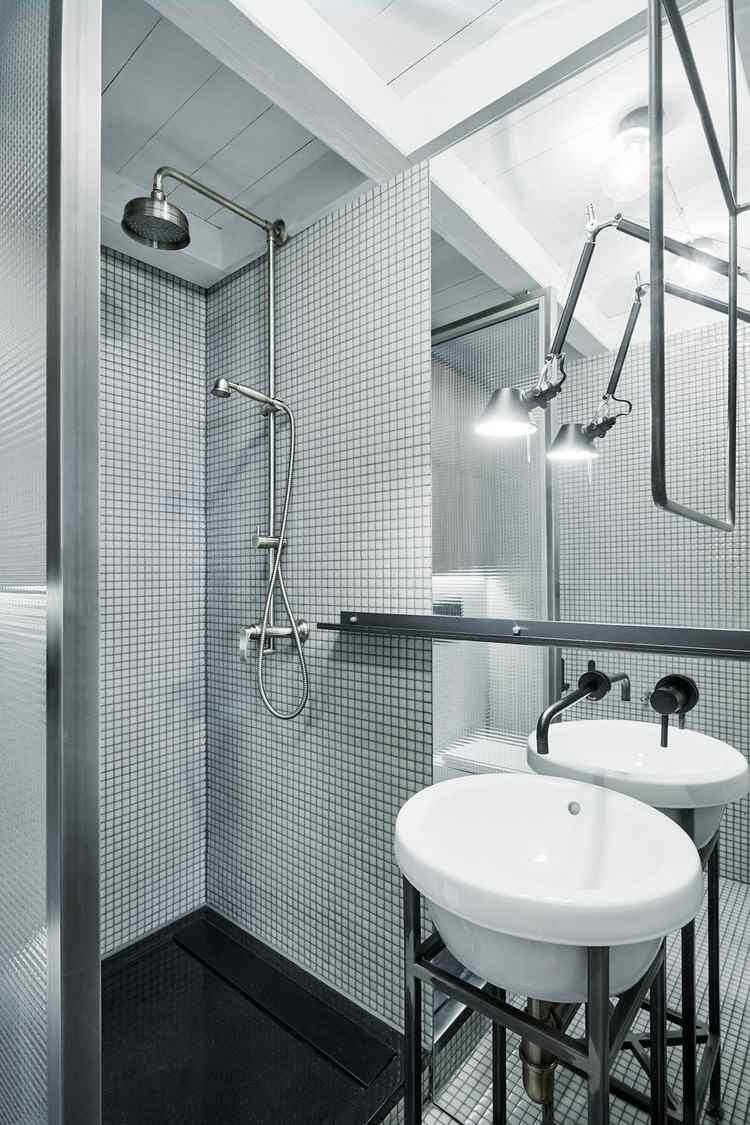 Большая ванная с белой мозаикой